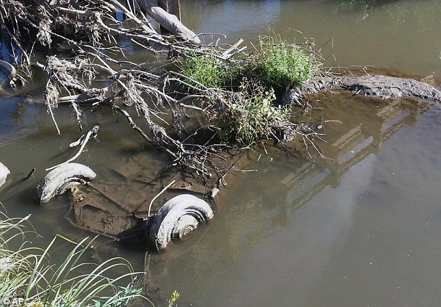 Vụ án 2 thiếu nữ mất tích trên đường đến bữa tiệc đi vào ngõ cụt, hơn 40 năm mới được phá giải nhờ chiếc xe đầy bùn trồi lên mặt hồ - Ảnh 3.