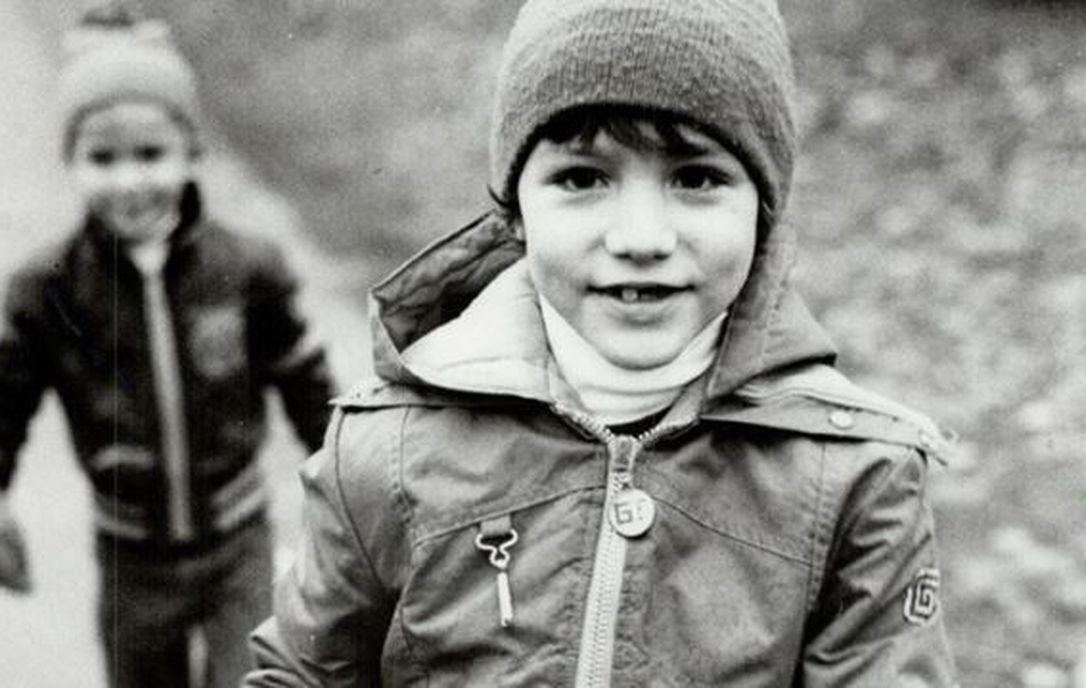 Từng khiến chị em phát cuồng vì thay vợ dọn nhà cửa và chăm 3 con, Thủ tướng Canada giờ gây sốt với loạt ảnh hồi trẻ đẹp tựa nam thần - Ảnh 1.