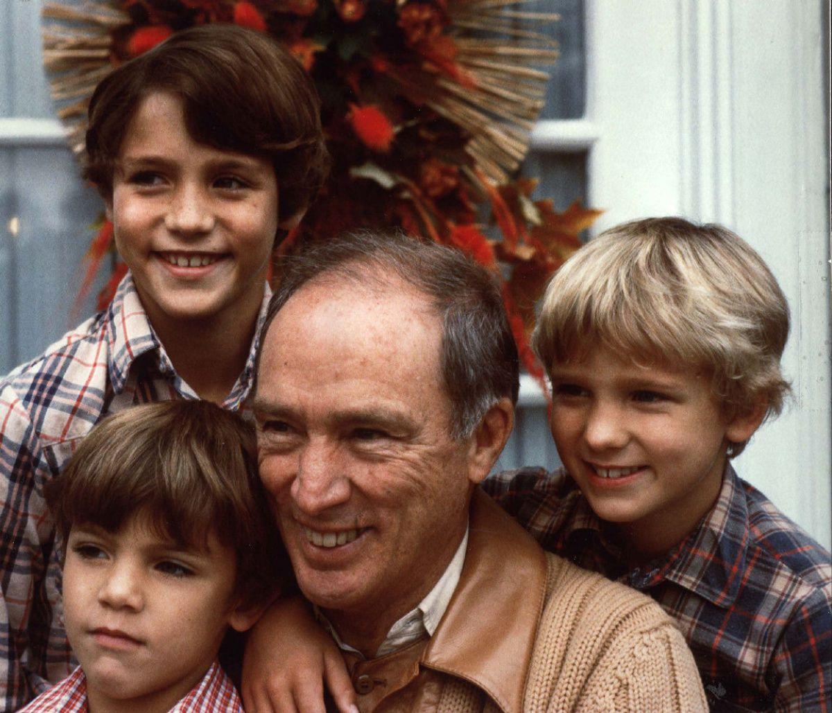Từng khiến chị em phát cuồng vì thay vợ dọn nhà cửa và chăm 3 con, Thủ tướng Canada giờ gây sốt với loạt ảnh hồi trẻ đẹp tựa nam thần - Ảnh 2.