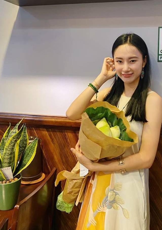 Angela Phương Trinh để mặt mộc chụp hình với bó hoa sen.