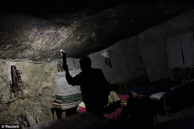 Cảnh tượng choáng ngợp khi tảng đá khổng lồ nặng gần 1.000 tấn đè lên ngôi nhà nhưng không sập, điều kiện sống bên trong còn tuyệt vời hơn - Ảnh 6.