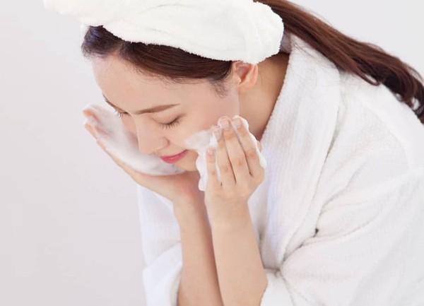 Dưỡng ẩm ngay từ bước làm sạch da theo cách của chuyên gia người Nhật: Chị em làm đúng 6 điều là da sẽ đẹp - Ảnh 4.