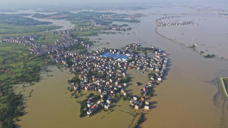 Trung Quốc đối mặt khó khăn chồng chất vì mưa lũ - Ảnh 1.