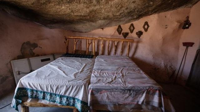 Cảnh tượng choáng ngợp khi tảng đá khổng lồ nặng gần 1.000 tấn đè lên ngôi nhà nhưng không sập, điều kiện sống bên trong còn tuyệt vời hơn - Ảnh 2.