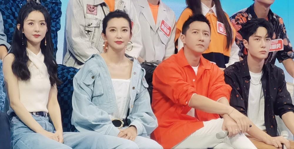 """Lý Băng Băng (47 tuổi) và Triệu Lệ Dĩnh (32 tuổi) chung khung hình mà trẻ ngang nhau: """"Chị đại"""" họ Lý còn bonus tips đắp mặt nạ được cô duy trì suốt 20 năm - Ảnh 1."""
