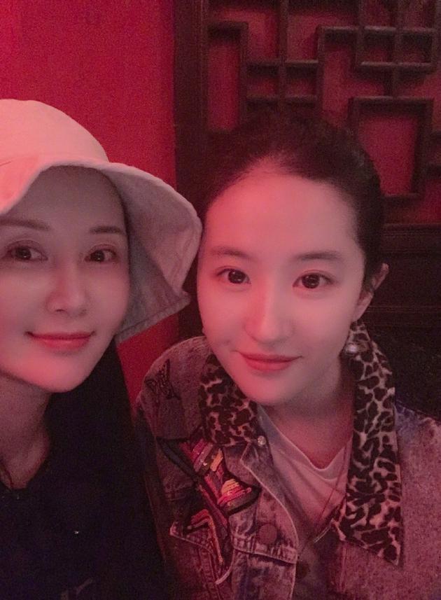 """Lưu Diệc Phi được chúc mừng sinh nhật nhưng cô bạn thân Thư Sướng lại chiếm """"spotlight"""" vì nhan sắc nổi bật - Ảnh 3."""