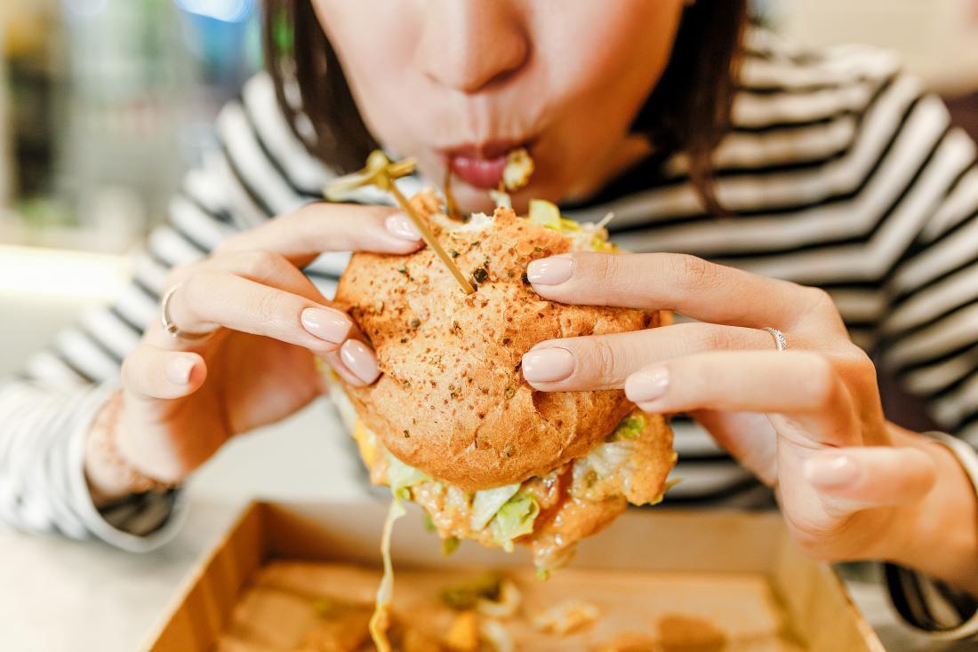 """Người phụ nữ có 6 dấu hiệu này khi ăn thì chắc chắn cân nặng đang tăng nhanh như """"vũ bão"""", thay đổi ngay trước khi lão hóa và bệnh tật kéo đến - Ảnh 1."""