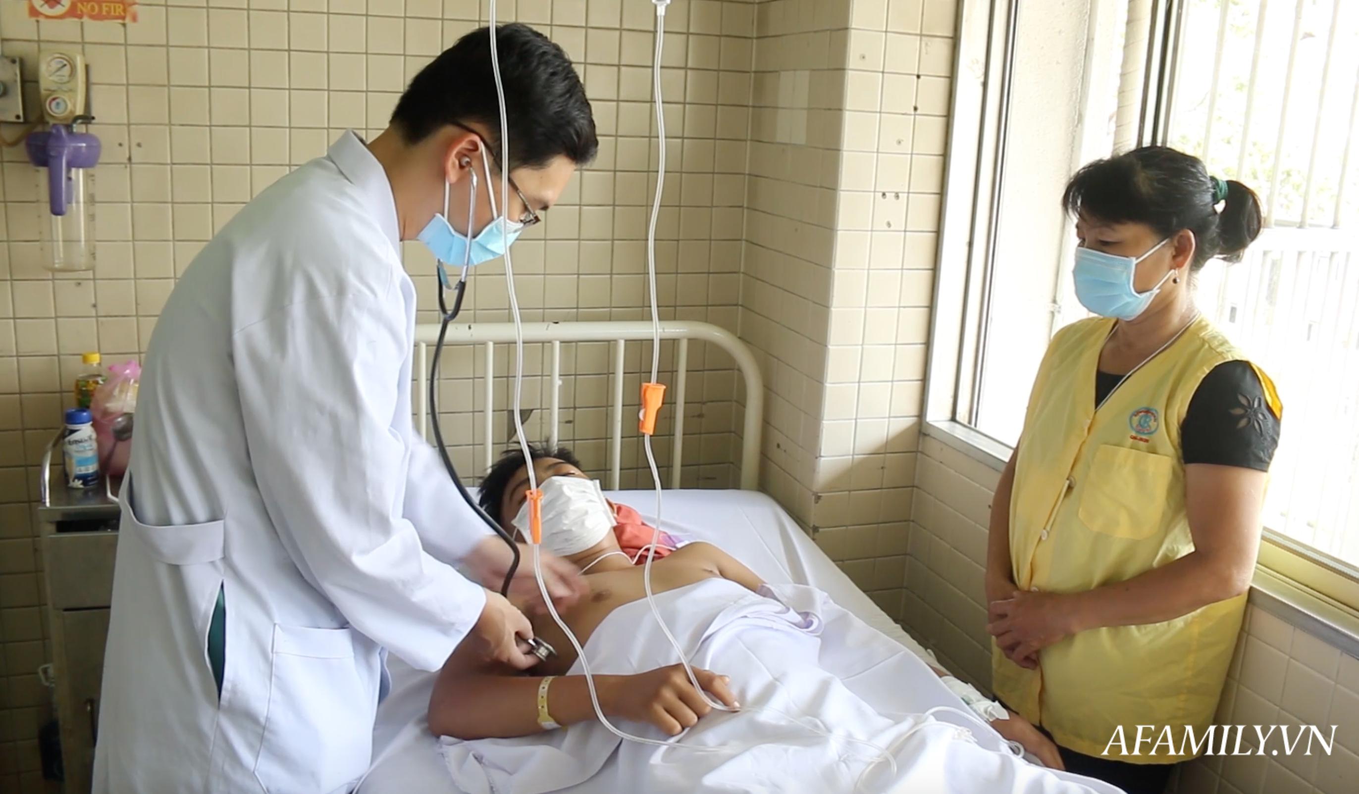 Kinh hoàng lời kể của mẹ thiếu niên bị chém đứt lìa chân phải sau vụ hỗn chiến ở Tây Ninh: Đạp thắng xe mới biết mất chân - Ảnh 1.