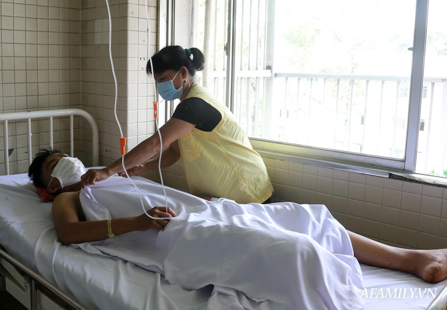 Kinh hoàng lời kể của mẹ thiếu niên bị chém đứt lìa chân phải sau vụ hỗn chiến ở Tây Ninh: Đạp thắng xe mới biết mất chân - Ảnh 2.