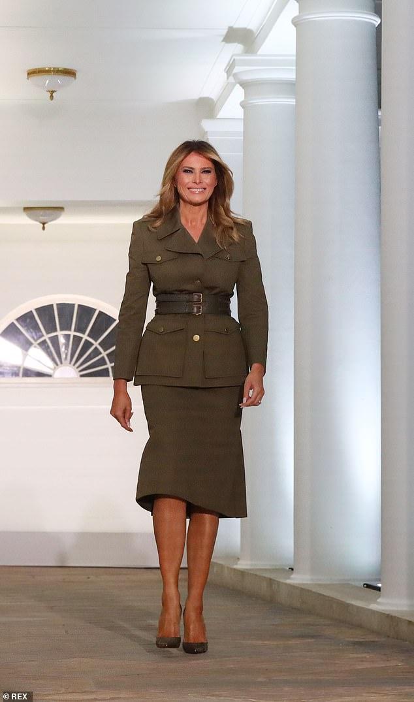 Bước sang tuổi 50, bà Melania Trump vẫn lấn lướt chân dài 18 tuổi về độ sang chảnh khi cùng diện váy hiệu - Ảnh 1.