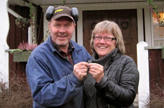 Bị mất nhẫn cưới, 16 năm sau, người phụ nữ bất ngờ tìm thấy nó bị mắc trong... củ cà rốt, nghi có liên quan đến chú cừu của gia đình - Ảnh 1.