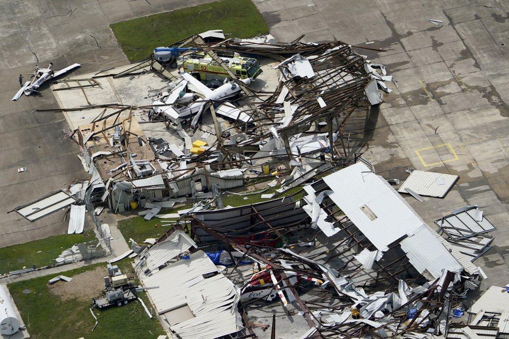 Chùm ảnh siêu bão Laura tàn phá phía Nam nước Mỹ: Ít nhất 4 người thiệt mạng, nhà cửa hư hỏng nặng nề, cuộc sống người dân bị đảo lộn - Ảnh 10.