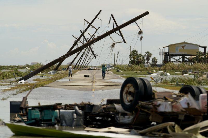 Chùm ảnh siêu bão Laura tàn phá phía Nam nước Mỹ: Ít nhất 4 người thiệt mạng, nhà cửa hư hỏng nặng nề, cuộc sống người dân bị đảo lộn - Ảnh 8.