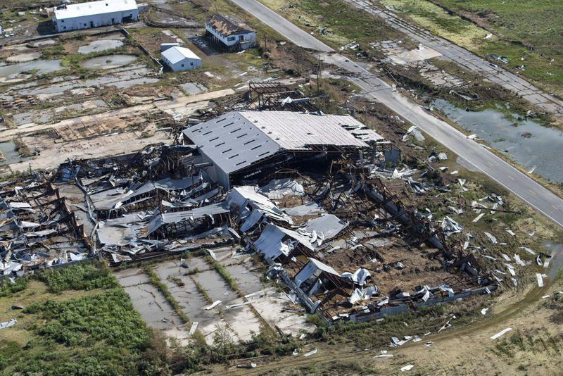 Chùm ảnh siêu bão Laura tàn phá phía Nam nước Mỹ: Ít nhất 4 người thiệt mạng, nhà cửa hư hỏng nặng nề, cuộc sống người dân bị đảo lộn - Ảnh 2.