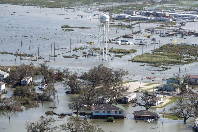 Chùm ảnh siêu bão Laura tàn phá phía Nam nước Mỹ: Ít nhất 4 người thiệt mạng, nhà cửa hư hỏng nặng nề, cuộc sống người dân bị đảo lộn - Ảnh 3.