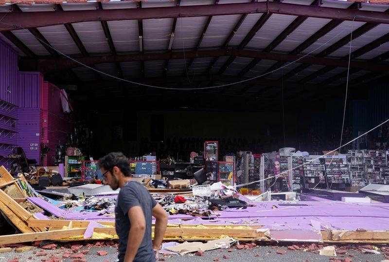 Chùm ảnh siêu bão Laura tàn phá phía Nam nước Mỹ: Ít nhất 4 người thiệt mạng, nhà cửa hư hỏng nặng nề, cuộc sống người dân bị đảo lộn - Ảnh 4.