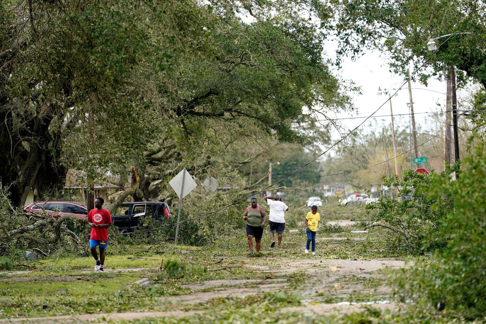 Chùm ảnh siêu bão Laura tàn phá phía Nam nước Mỹ: Ít nhất 4 người thiệt mạng, nhà cửa hư hỏng nặng nề, cuộc sống người dân bị đảo lộn - Ảnh 11.