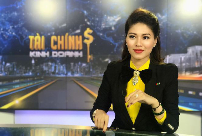 """Nữ BTV sành điệu nhất đài VTV: Chuyên diện vest chỉnh chu khi lên sóng, ngoài đời dát đồ hiệu không thua gì """"yêu nữ hàng hiệu"""" của Vbiz - Ảnh 2."""