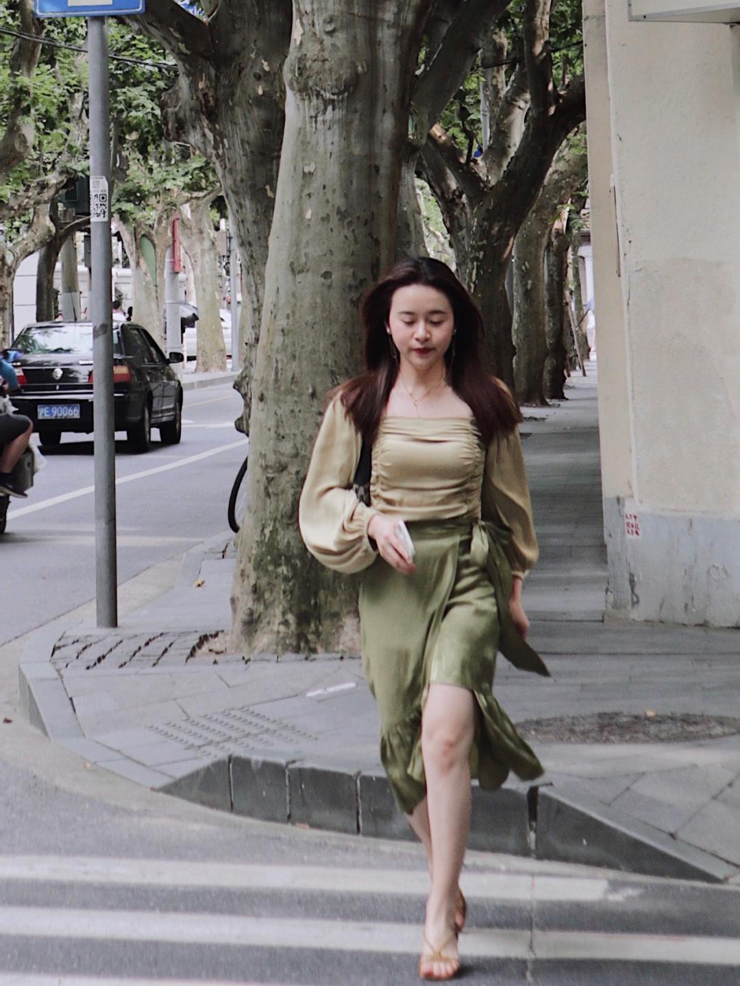 Nàng BTV cao 1m53 nặng 53kg chẳng ngại mặc chân váy lụa bóng, vẫn khéo che bụng béo nhờ chọn đúng kiểu  - Ảnh 2.