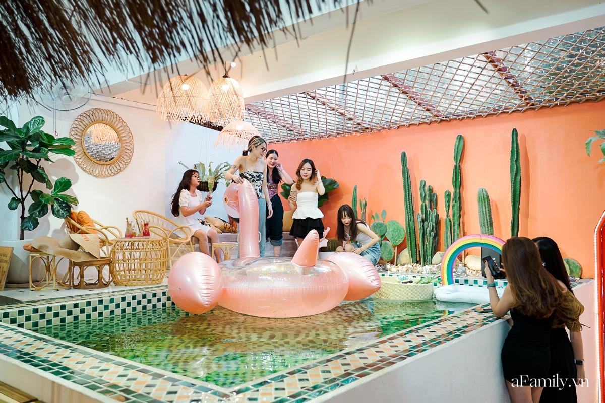 """Khám phá tiệm cafe kiêm khách sạn sang chảnh giữa lòng Hà Nội, nơi duy nhất có bể bơi trong quán theo phong cách Bali giúp chị em """"sống ảo"""" như đi du lịch  - Ảnh 2."""
