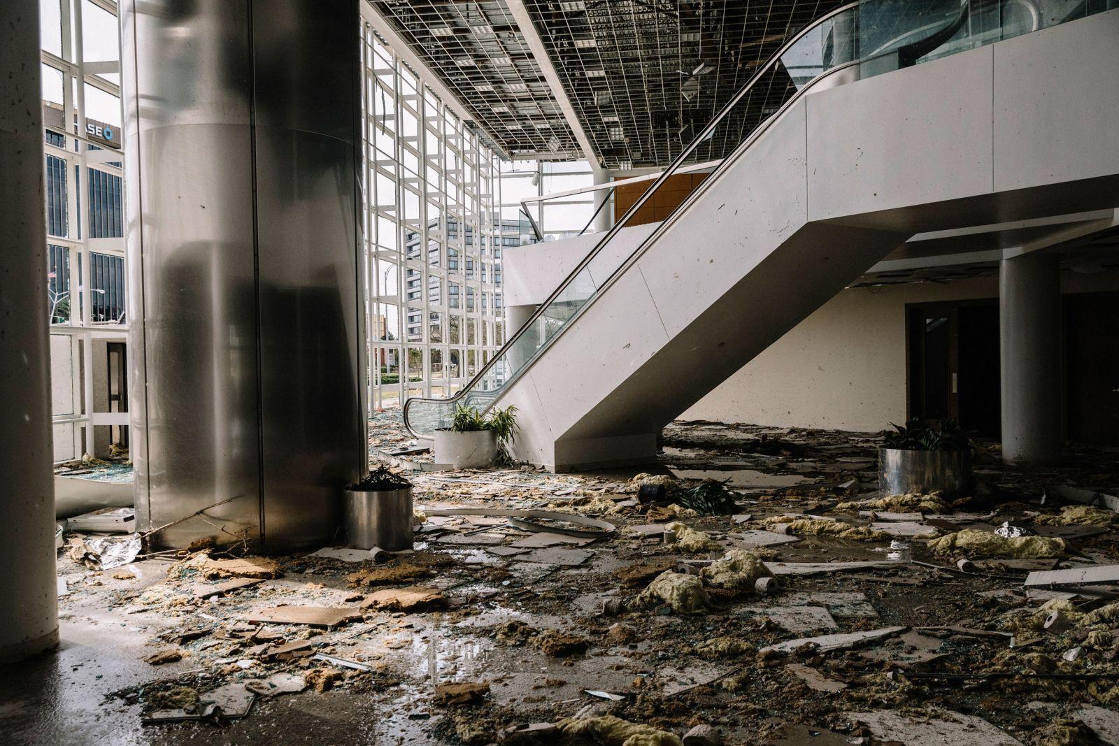 Chùm ảnh siêu bão Laura tàn phá phía Nam nước Mỹ: Ít nhất 4 người thiệt mạng, nhà cửa hư hỏng nặng nề, cuộc sống người dân bị đảo lộn - Ảnh 13.