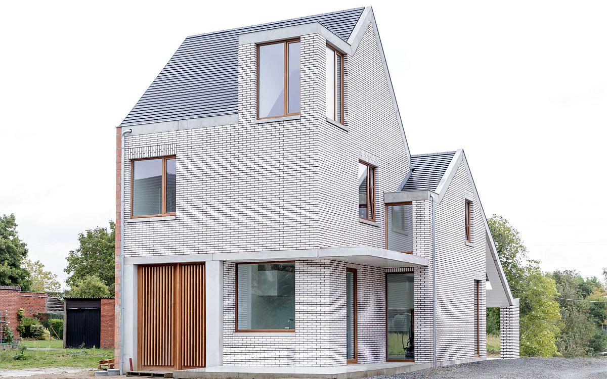 Ngôi nhà ốp toàn bộ ngoại thất bằng gạch trắng kẻ đỏ vô cùng ấn tượng khiến ai đi qua cũng tò mò
