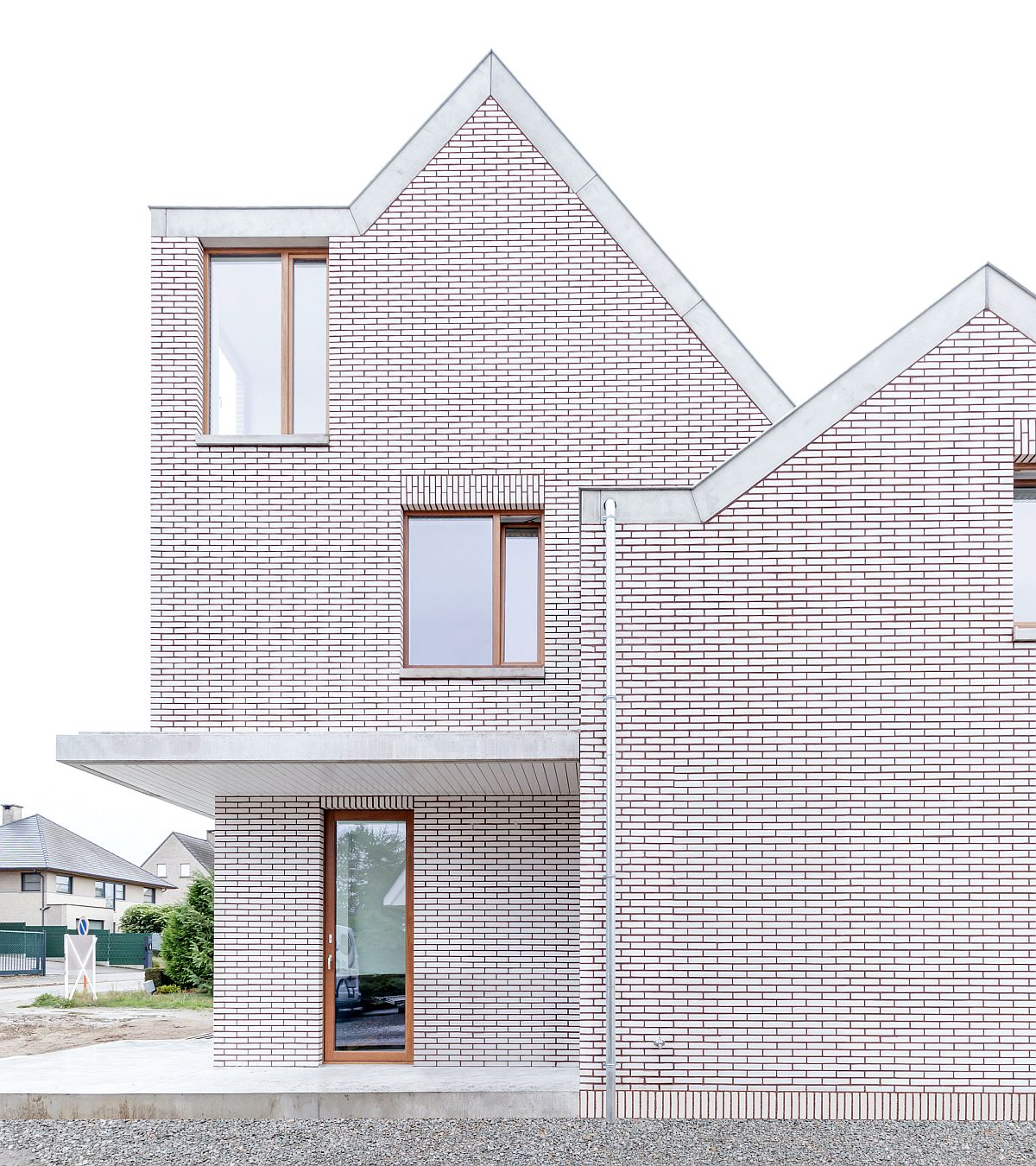 Ngôi nhà với vẻ đẹp bí ẩn khiến ai đi qua cũng tò mò vì ốp toàn bộ ngoại thất bằng gạch trắng kẻ đỏ - Ảnh 2.