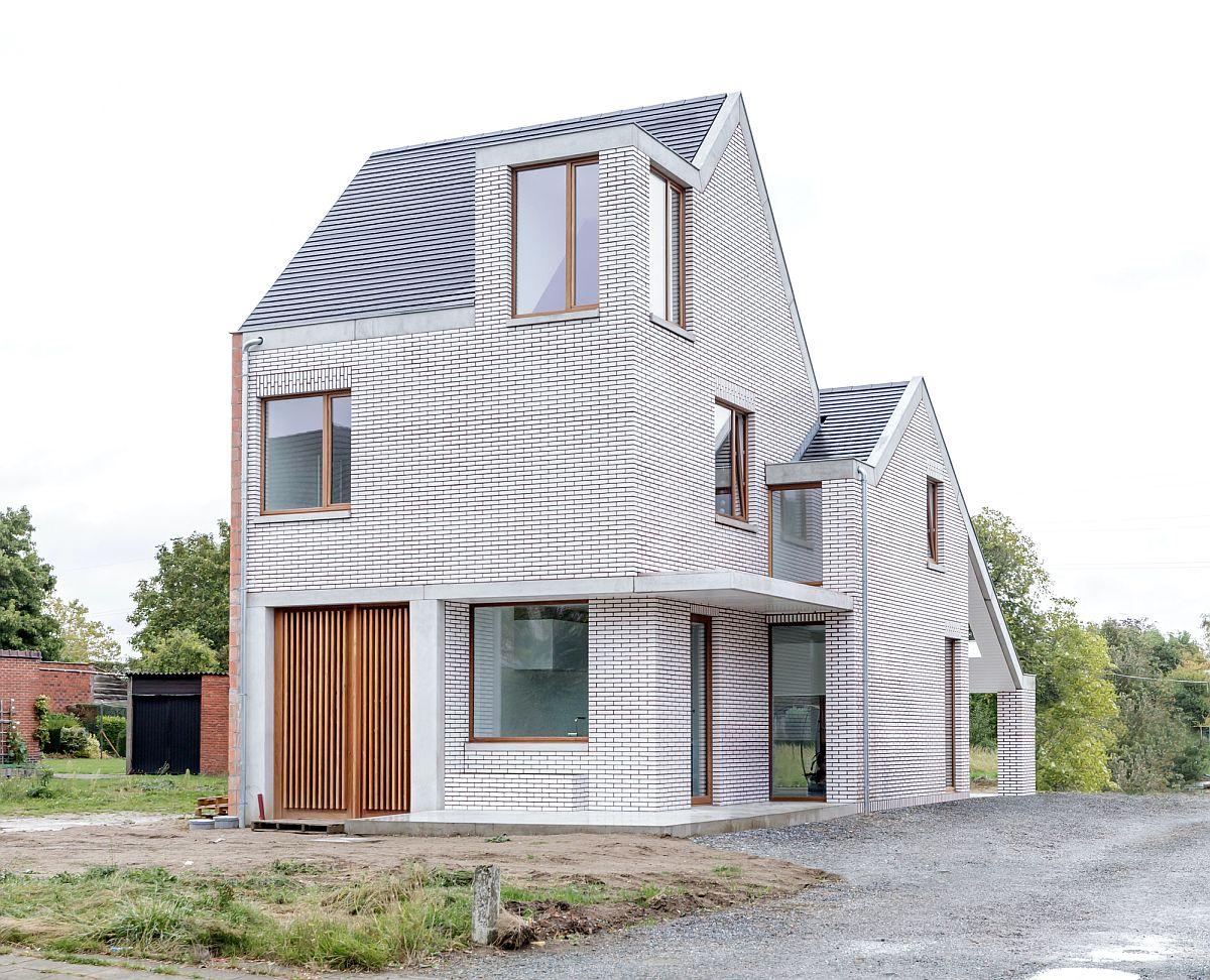 Ngôi nhà với vẻ đẹp bí ẩn khiến ai đi qua cũng tò mò vì ốp toàn bộ ngoại thất bằng gạch trắng kẻ đỏ - Ảnh 1.
