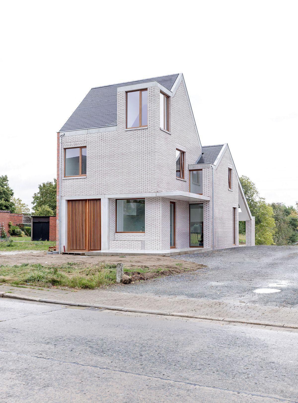 Ngôi nhà với vẻ đẹp bí ẩn khiến ai đi qua cũng tò mò vì ốp toàn bộ ngoại thất bằng gạch trắng kẻ đỏ - Ảnh 3.