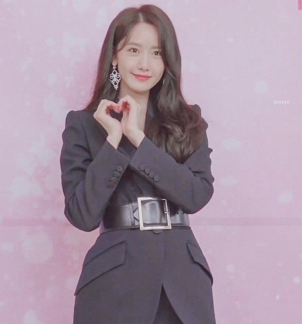 """Cùng diện chung set đồ hơn 100 triệu: Yoona được khen khí chất, """"chị đại thế hệ mới"""" Ko Mun Yeong thêm một lần gây sững sờ bởi vòng eo - Ảnh 5."""