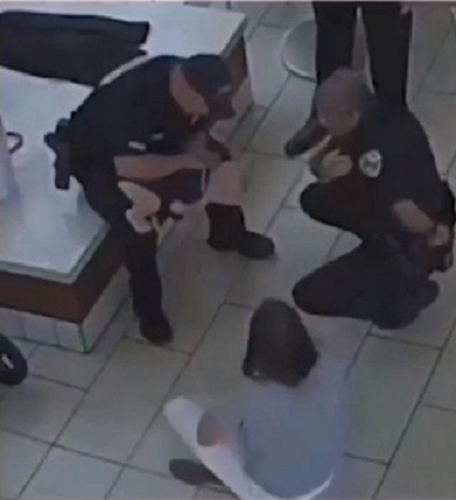 Nín thở theo dõi cảnh sát cứu sống bé gái 14 tháng tuổi bị ngạt thở do hóc nghẹn - Ảnh 3.
