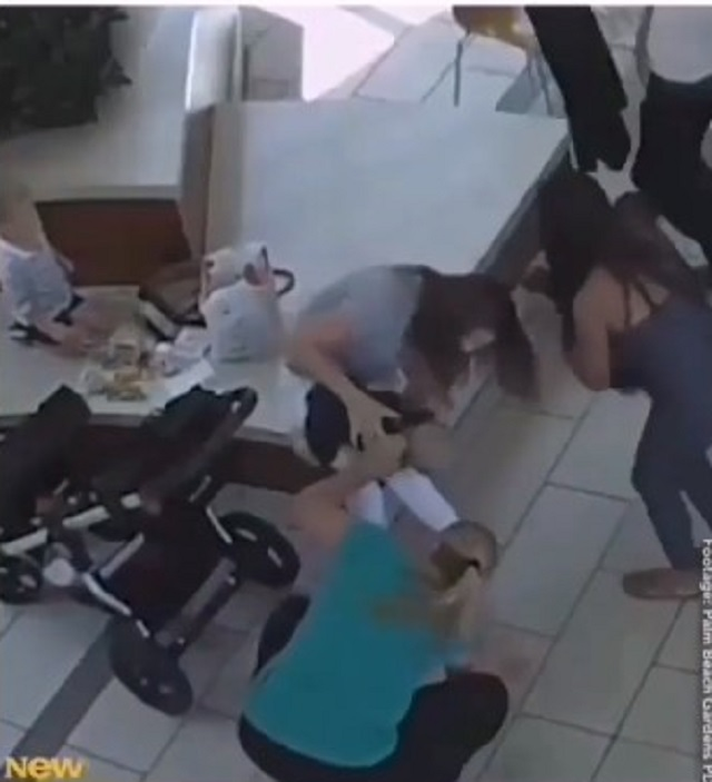 Nín thở theo dõi cảnh sát cứu sống bé gái 14 tháng tuổi bị ngạt thở do hóc nghẹn - Ảnh 2.