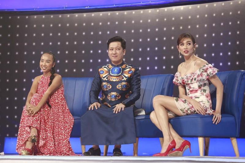 Lại thêm pha mặc váy ngắn cũn trên sóng truyền hình: Võ Hoàng Yến liên tục dùng tay chỉnh váy để khỏi hớ hênh - Ảnh 3.