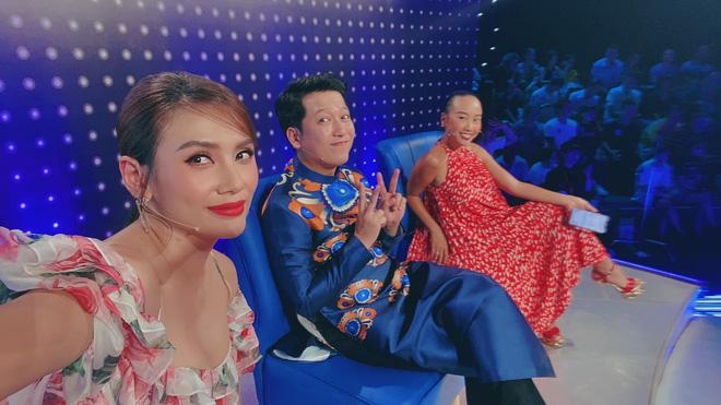 Lại thêm pha mặc váy ngắn cũn trên sóng truyền hình: Võ Hoàng Yến liên tục dùng tay chỉnh váy để khỏi hớ hênh - Ảnh 2.