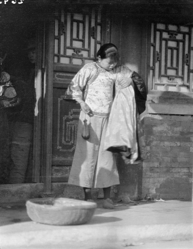 Loạt ảnh cũ về cuộc sống thường ngày của những người phụ nữ lao động tay chân ở Châu Á hơn 100 năm trước - Ảnh 6.