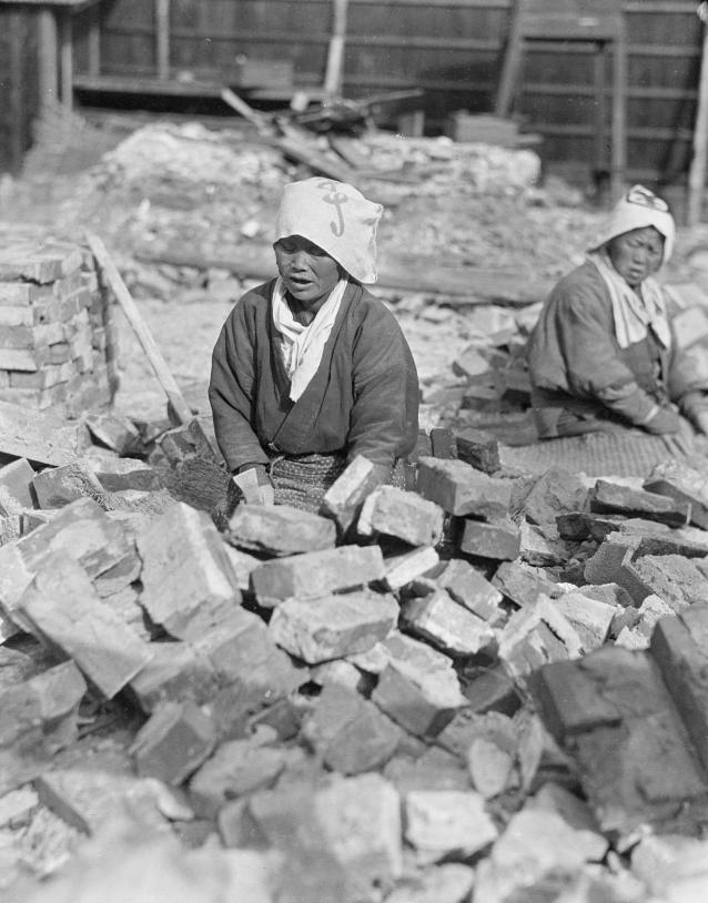 Loạt ảnh cũ về cuộc sống thường ngày của những người phụ nữ lao động tay chân ở Châu Á hơn 100 năm trước - Ảnh 5.