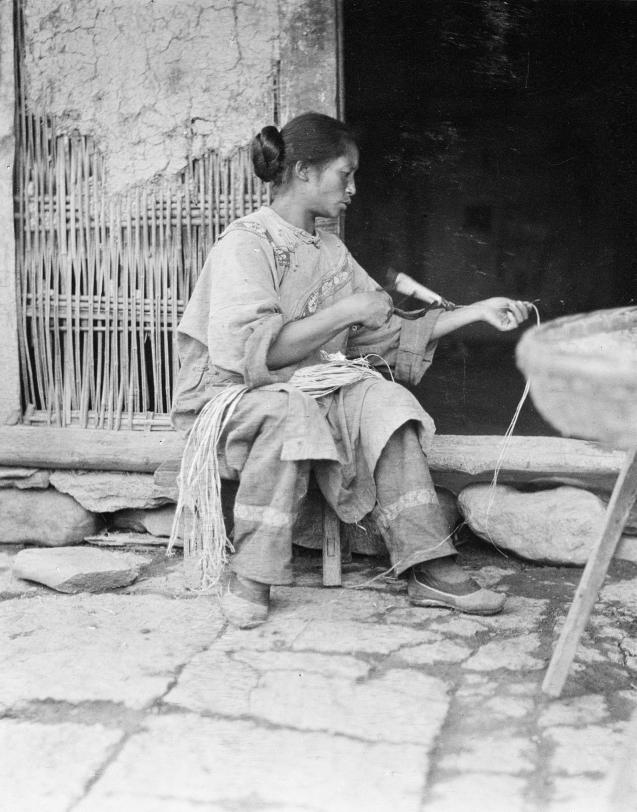 Loạt ảnh cũ về cuộc sống thường ngày của những người phụ nữ lao động tay chân ở Châu Á hơn 100 năm trước - Ảnh 1.