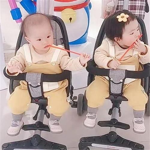 Hai bé gái sinh đôi nhưng có 1 đặc điểm khác nhau hoàn toàn, bé gái nhìn chị em song sinh của mình mà phải ghen tị ra mặt - Ảnh 3.