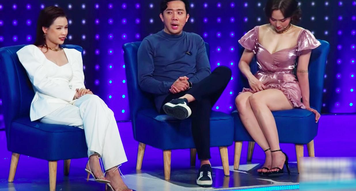 Lại thêm pha mặc váy ngắn cũn trên sóng truyền hình: Võ Hoàng Yến liên tục dùng tay chỉnh váy để khỏi hớ hênh - Ảnh 9.