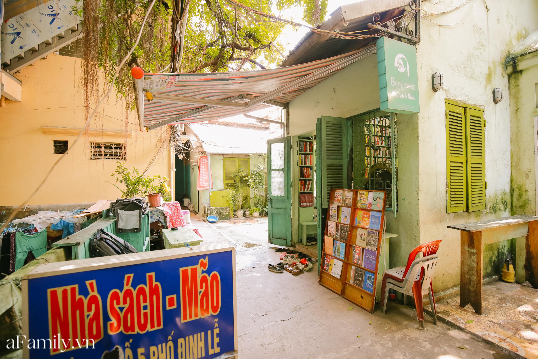 """Ở con ngõ nhỏ trong phố Đinh Lễ có một tiệm sách cổ, là thiên đường của những """"mọt sách"""", cũng là địa điểm check-in cực chất cho những người thích phong cách retro - Ảnh 11."""