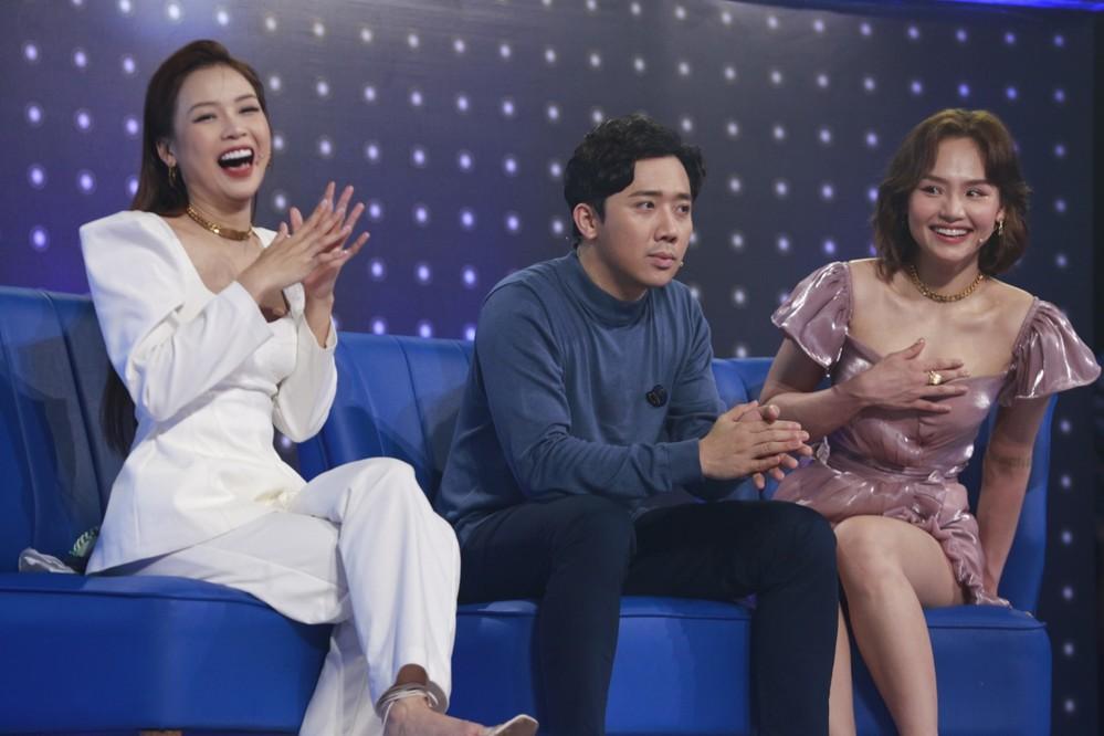 Lại thêm pha mặc váy ngắn cũn trên sóng truyền hình: Võ Hoàng Yến liên tục dùng tay chỉnh váy để khỏi hớ hênh - Ảnh 8.