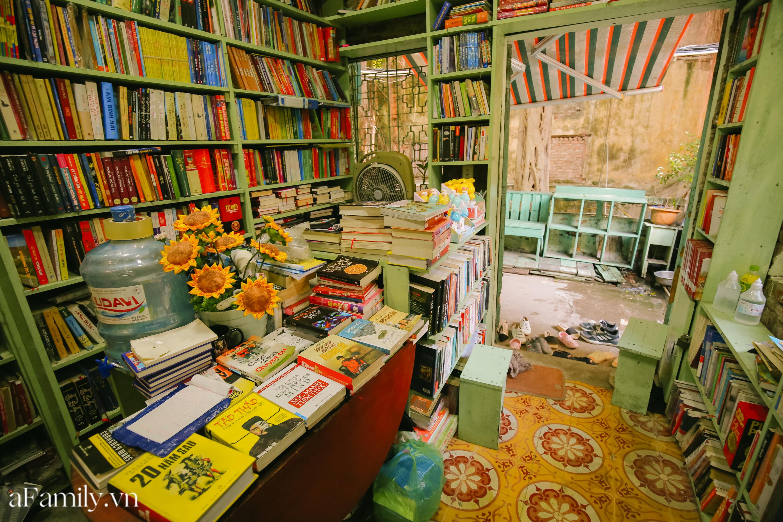 """Ở con ngõ nhỏ trong phố Đinh Lễ có một tiệm sách cổ, là thiên đường của những """"mọt sách"""", cũng là địa điểm check-in cực chất cho những người thích phong cách retro - Ảnh 2."""