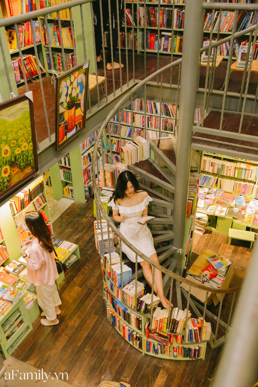 """Ở con ngõ nhỏ trong phố Đinh Lễ có một tiệm sách cổ, là thiên đường của những """"mọt sách"""", cũng là địa điểm check-in cực chất cho những người thích phong cách retro - Ảnh 9."""
