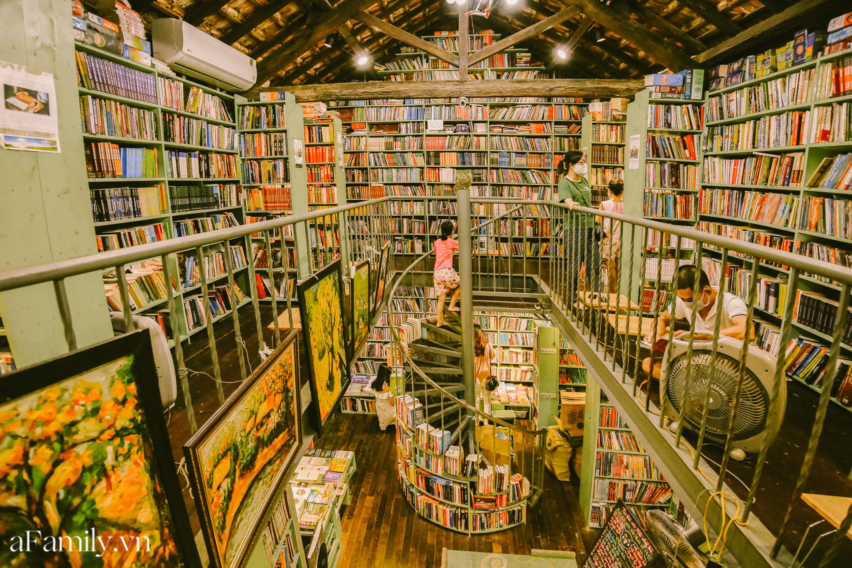 """Ở con ngõ nhỏ trong phố Đinh Lễ có một tiệm sách cổ, là thiên đường của những """"mọt sách"""", cũng là địa điểm check-in cực chất cho những người thích phong cách retro - Ảnh 4."""