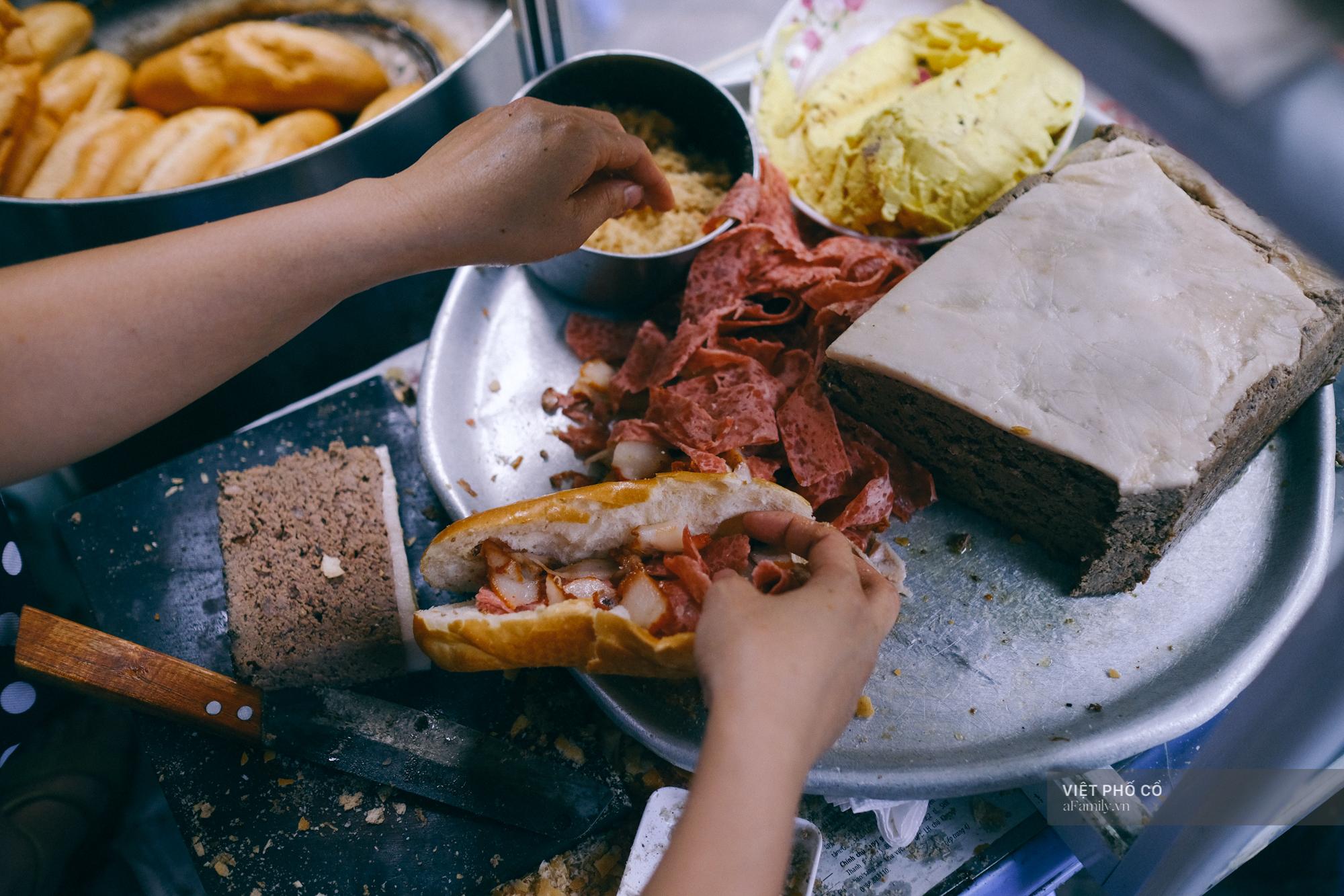 Hàng bánh mì Hà Nội có từ thời bao cấp, mỗi ngày bán 400 chiếc, ngay trung tâm phố cổ nhưng giá chỉ 10 ngàn - Ảnh 1.