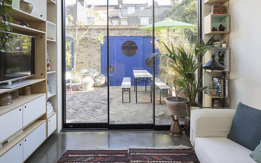 Căn nhà cấp 4 được cải tạo thành không gian đẹp hiện đại với ván ép, gạch rẻ và thiết kế thông minh