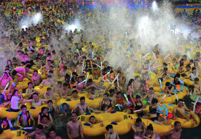 Những hình ảnh gây sốc: Một số bể bơi ở TQ vẫn chật như nêm dù COVID-19 đã tái xuất ở nhiều nơi - Ảnh 1.
