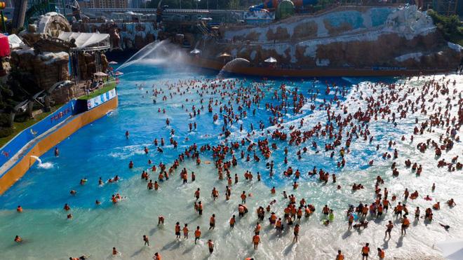 Những hình ảnh gây sốc: Một số bể bơi ở TQ vẫn chật như nêm dù COVID-19 đã tái xuất ở nhiều nơi - Ảnh 2.