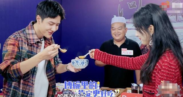 Triệu Lệ Dĩnh gây tranh cãi vì uống chung chén canh với Vương Nhất Bác, netizen chê: Cô là gái đã có chồng đấy! - Ảnh 3.