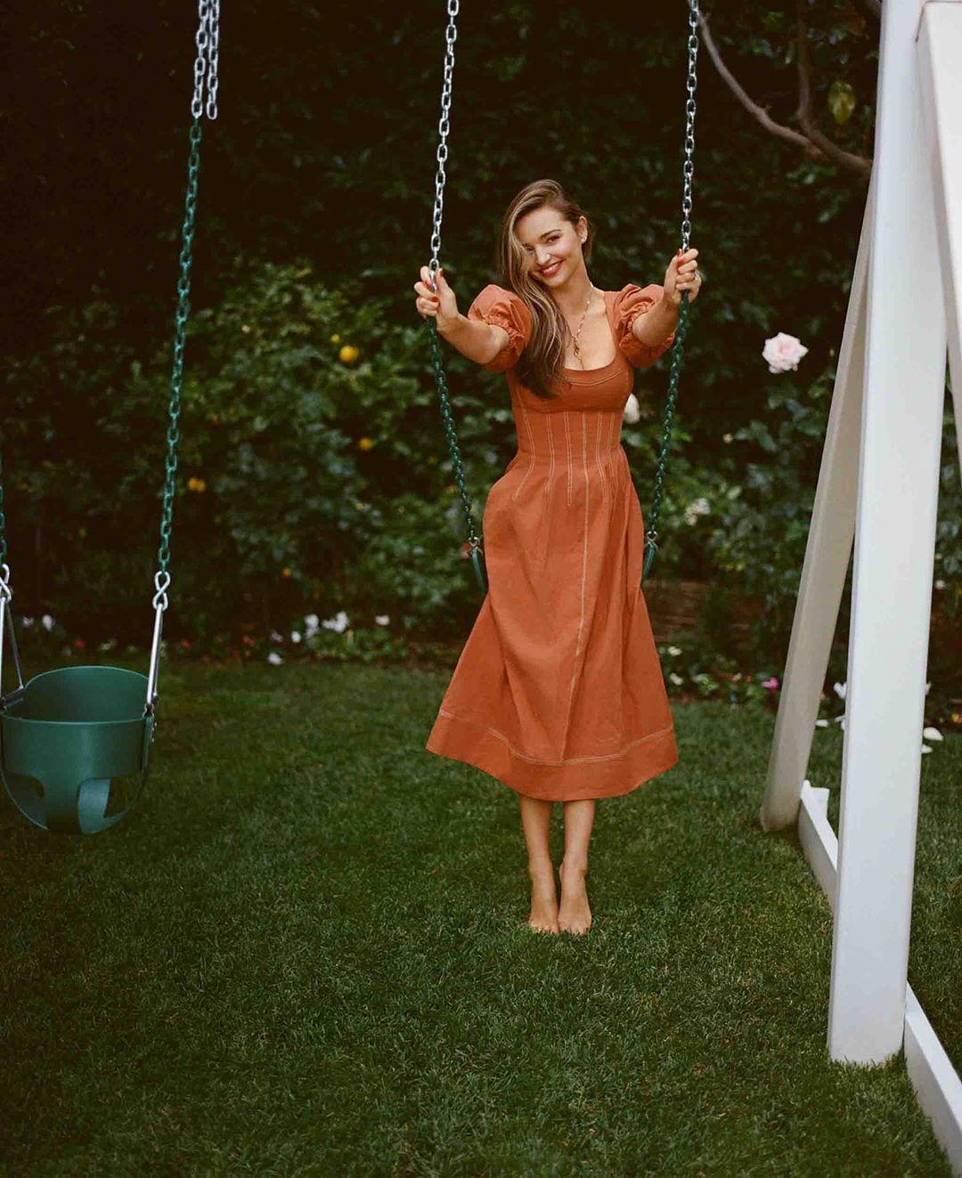 Miranda Kerr có loạt công thức diện đồ siêu trẻ xinh, chẳng trách ít ai ngờ cô đã 37 tuổi - Ảnh 4.